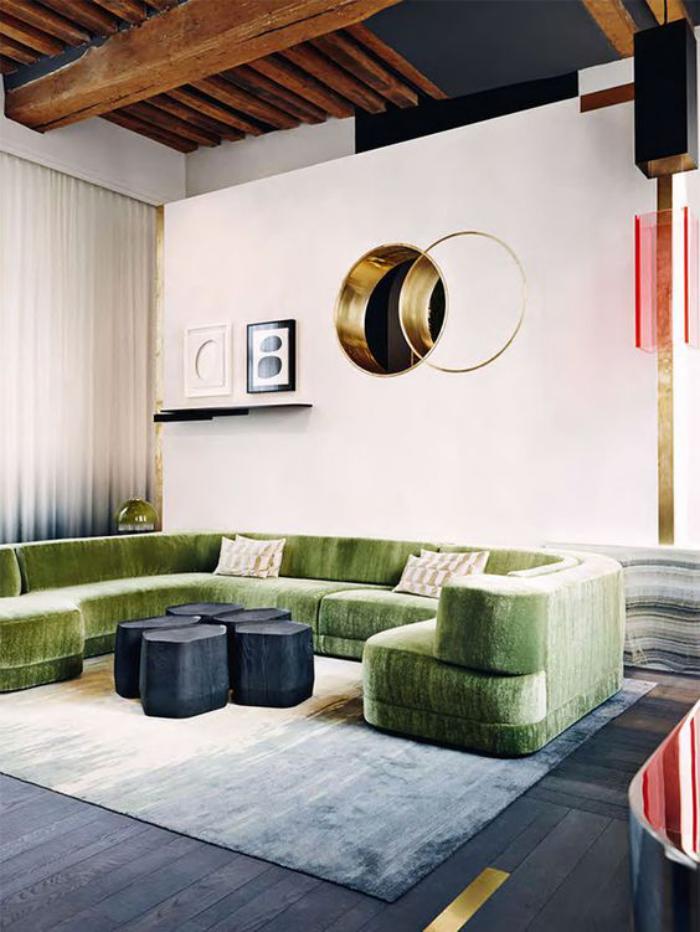 canapé-vert-grand-sofa-vert-plafond-poutres-en-bois