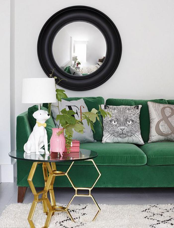 canapé-vert-petite-table-de-chevet-originale-coussins-déco-uniques