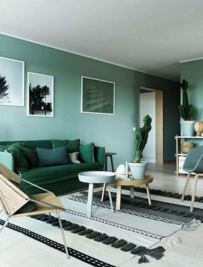 canapé-vert-pièce-harmonieuse-en-gris-et-vert