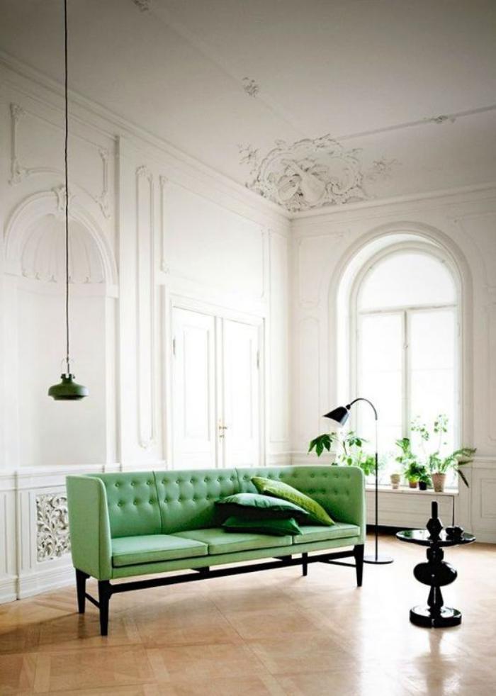 canapé-vert-salon-blanc-à-plafond-haut