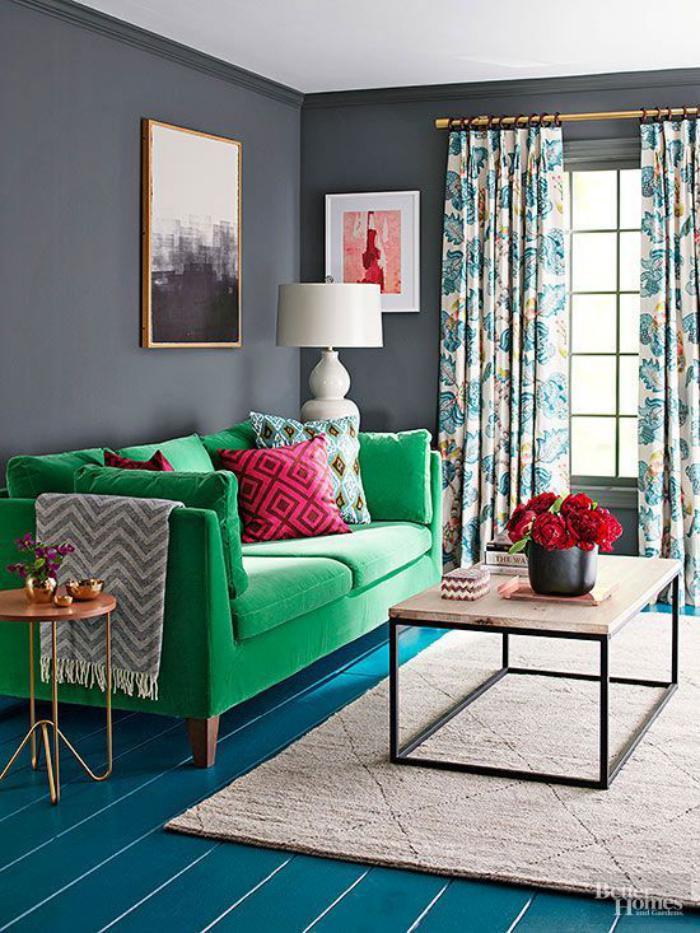 canapé-vert-sol-en-planches-peintes-bleues