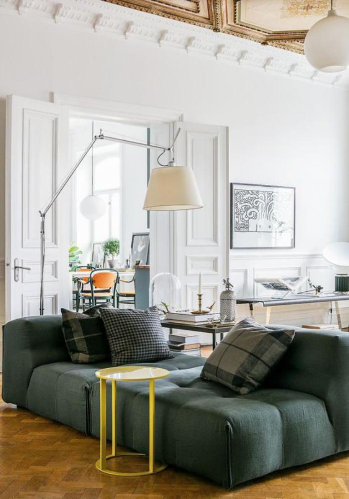 canapé-vert-style-moderne-murs-blancs-grand-lampadaire-de-sol