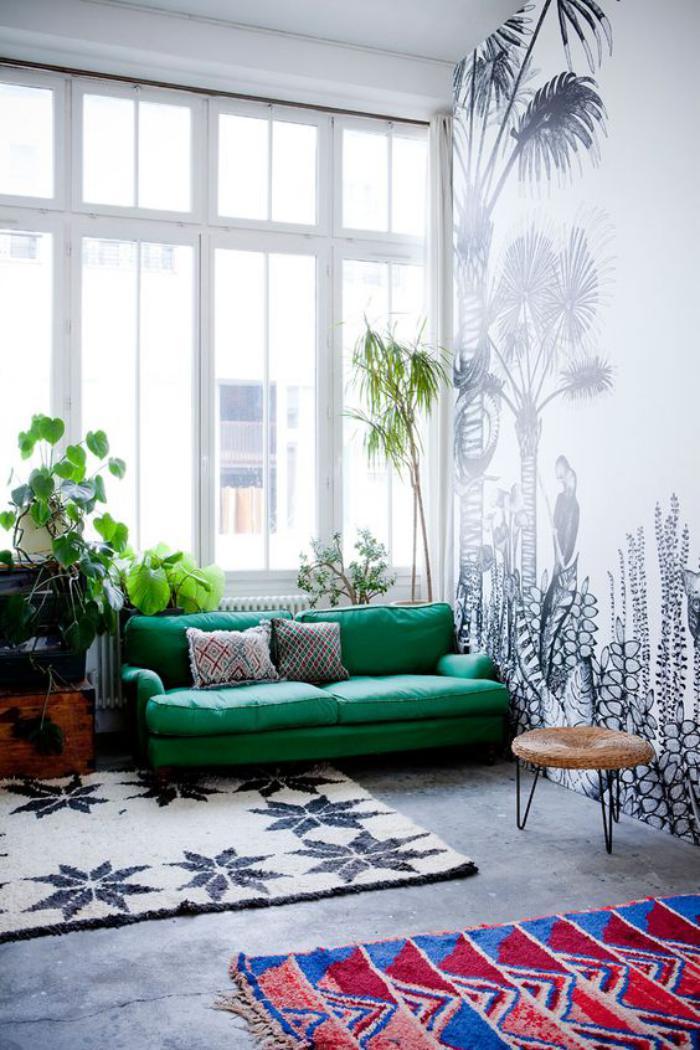 canapé-vert-tapis-design-rose-mur-illustré
