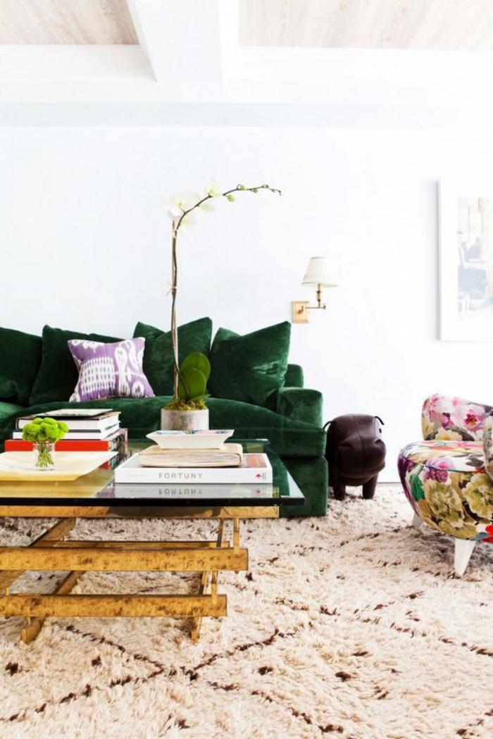 canapé-vert-tapis-marocain-table-de-salon-cadre-doré