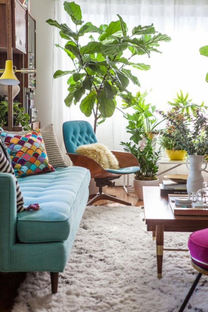 canapé-vert-turquoise-table-en-bois-dans-un-petit-salon-boho
