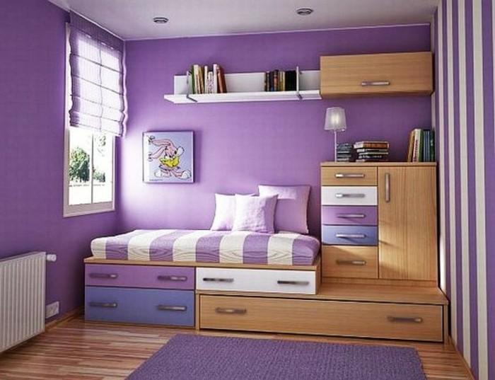 chambre-adulte-avec-lit-tiroir-murs-violettes-grande-fenetre-tapis-violet-sol-en-parquet