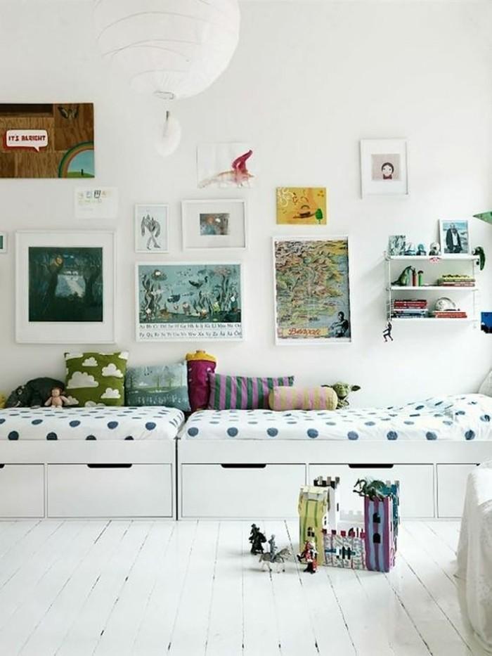 chambre-d-enfant-avec-deux-petits-lit-tiroir-murs-blancs-idee-deco ...