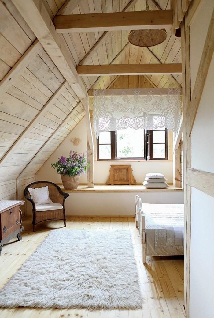 chambre-dans-les-combles-intérieur-en-bois-clair-tapis-beige-deco-chambre-sous-pente