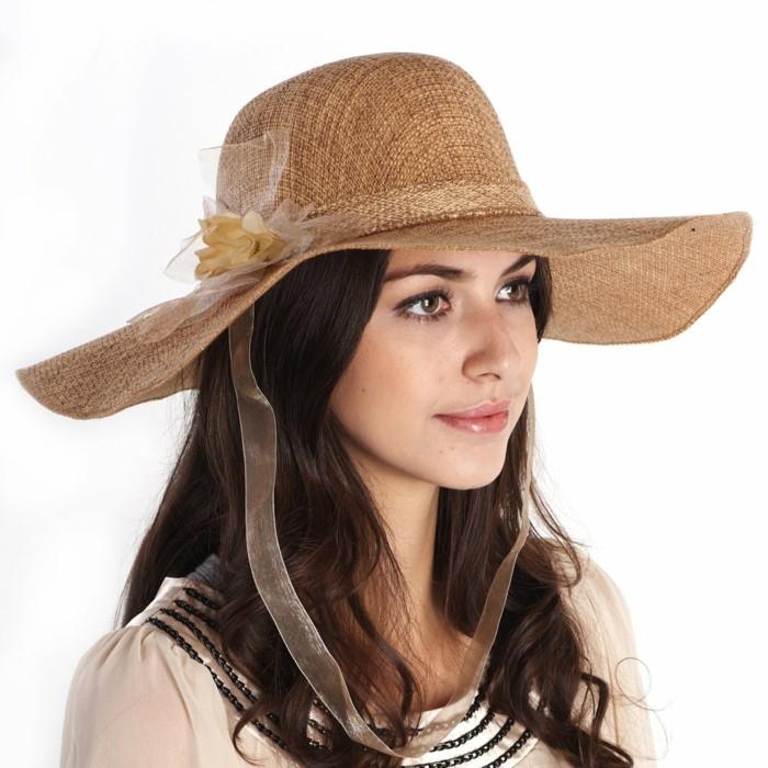 chapeau-femme-ete-avec-une-bande-decorative-pour-le-tenir-sur-place-quand-il-y-a-du-vent-resized
