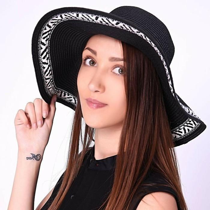 chapeau-femme-ete-noir-et-blanc-motifs-grecs-resized