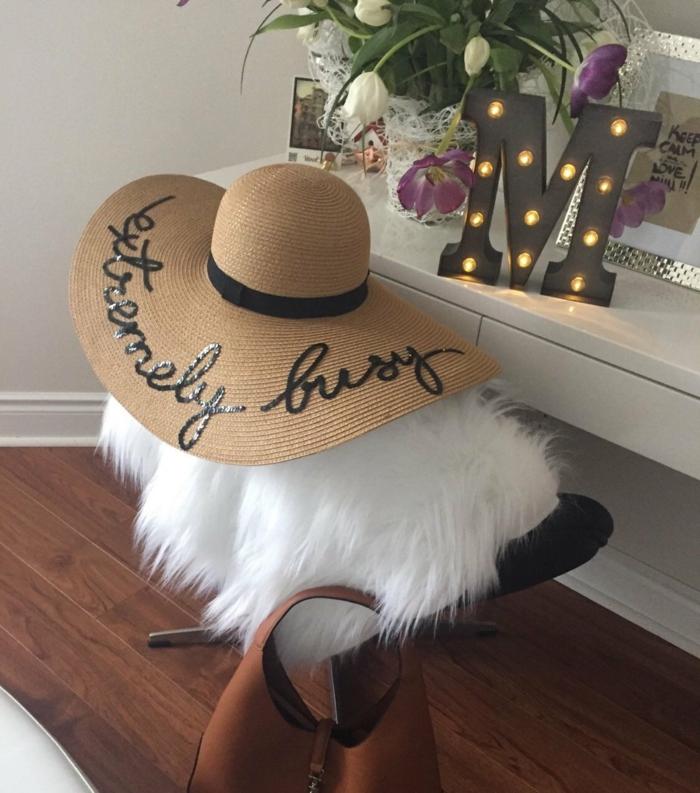 chapeau-tendance-paille-avec-inscription-extremement-pris-resized