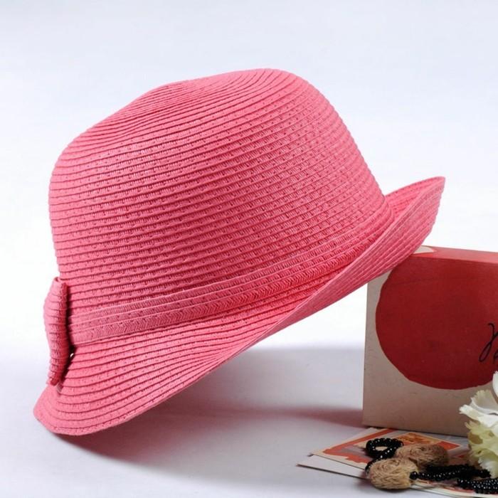 chapeau-tendance-rose-chic-avec-un-livre-a-la-plage-resized