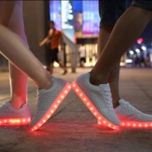 Les chaussures lumineuses - une tendance qui est là de nouveau!