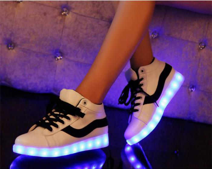 chaussures-lumineuses-blanches-lacets-noirs