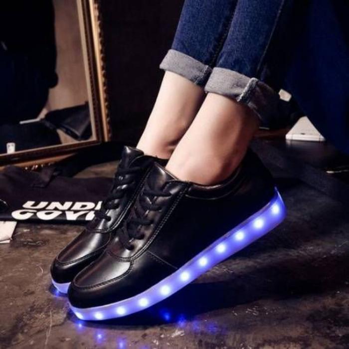 chaussures-lumineuses-en-cuir-noir-super-stylées-rechargeables