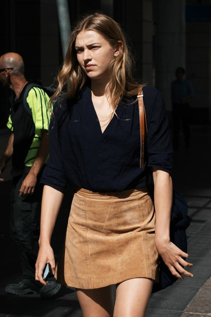 chemise-noire-pour-les-femme-jupe-en-dame-marron-chemise-noire-cheveux-marrons