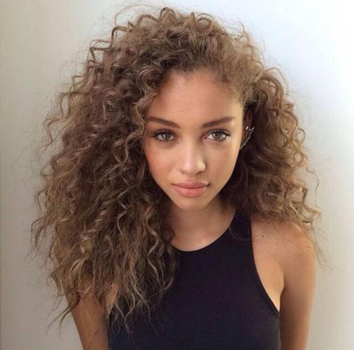 cheveux-bouclés-belle-chevelure-bouclée-afro-style-fashion