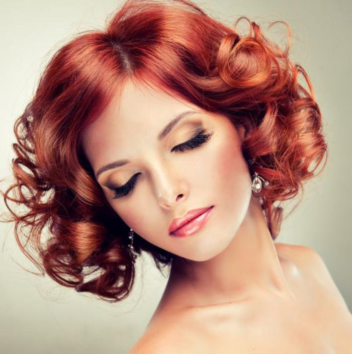 cheveux-bouclés-boucles-rouges-glamoureuses