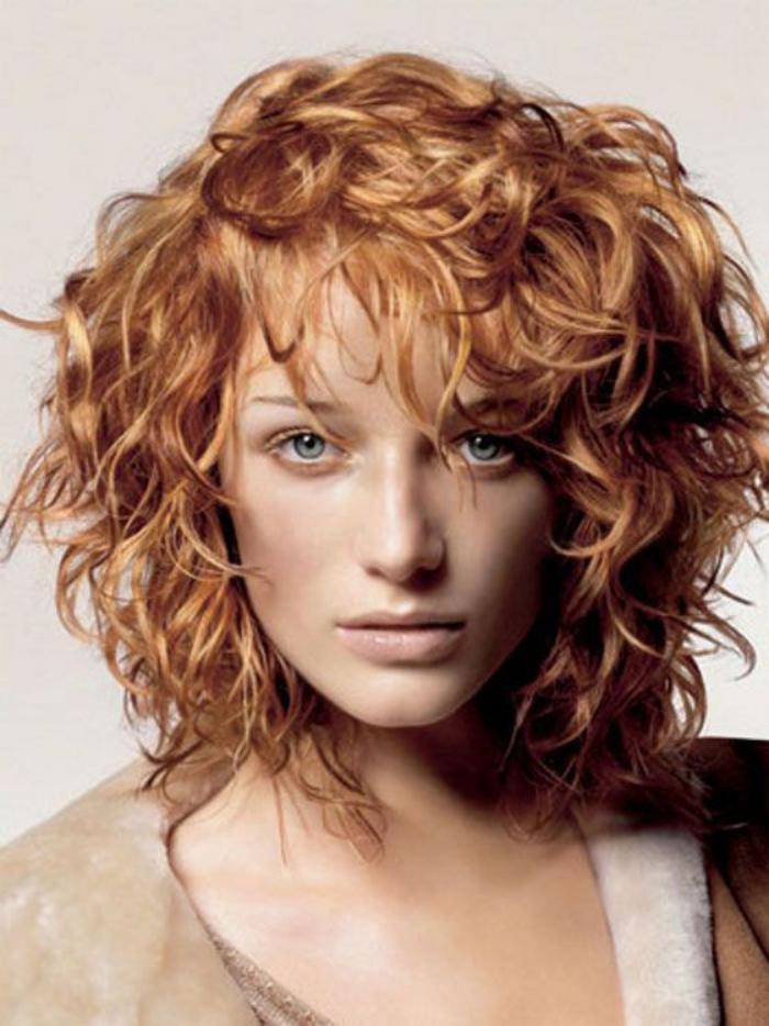 Coloration miel cheveux frises