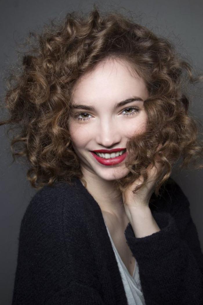 cheveux-bouclés-cheveux-courts-bouclés-coiffures-originales-pour-cheveux-frisés-et-bouclés
