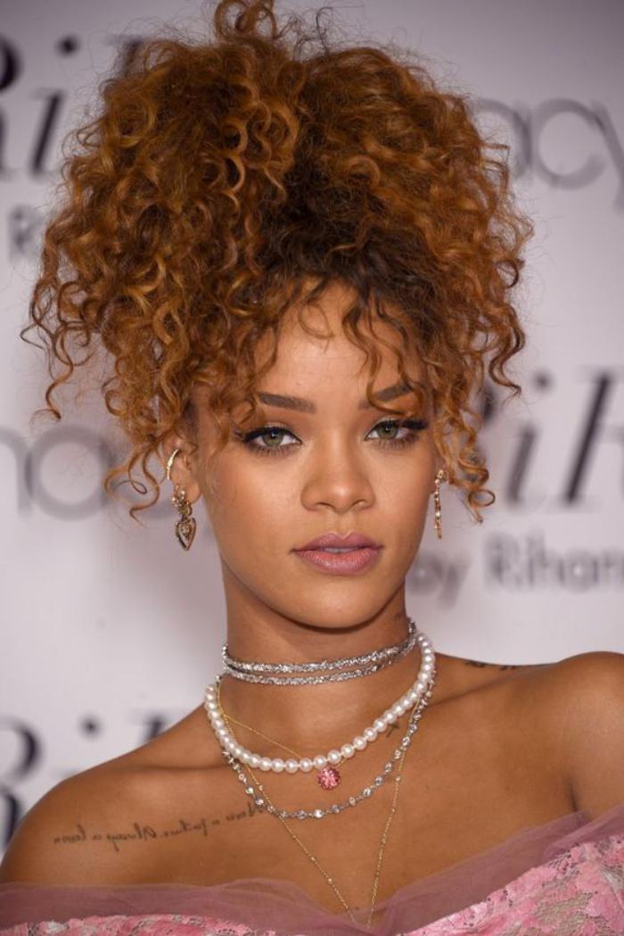 cheveux-bouclés-coiffure-cheveux-bouclés-de-Rihanna