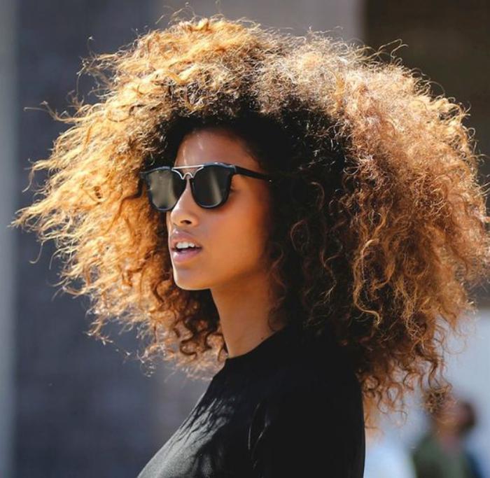 cheveux-bouclés-coiffure-cheveux-boucles-serrés-coiffures-afro-modernes