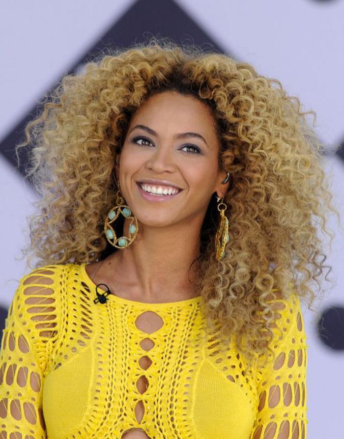 cheveux-bouclés-de-Beyonce-coupe-fantastique-avec-boucles-serrés
