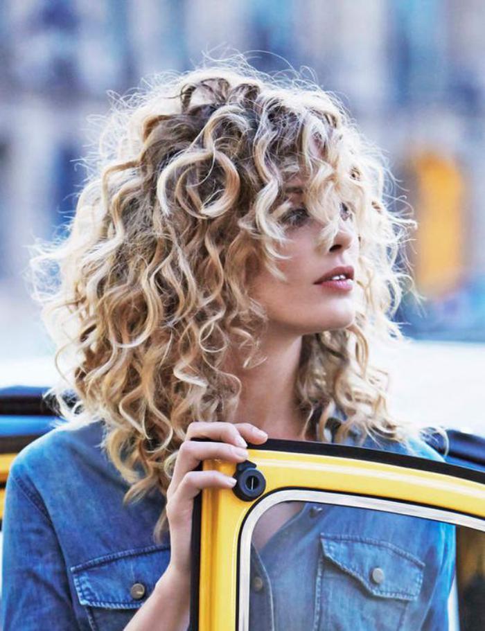 cheveux-bouclés-le-style-fille-de-la-cité-coupe-cheveux-mi-longs