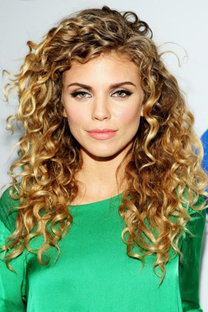 cheveux-bouclés-look-romantique-et-coupe-cheveux-longs-bouclés