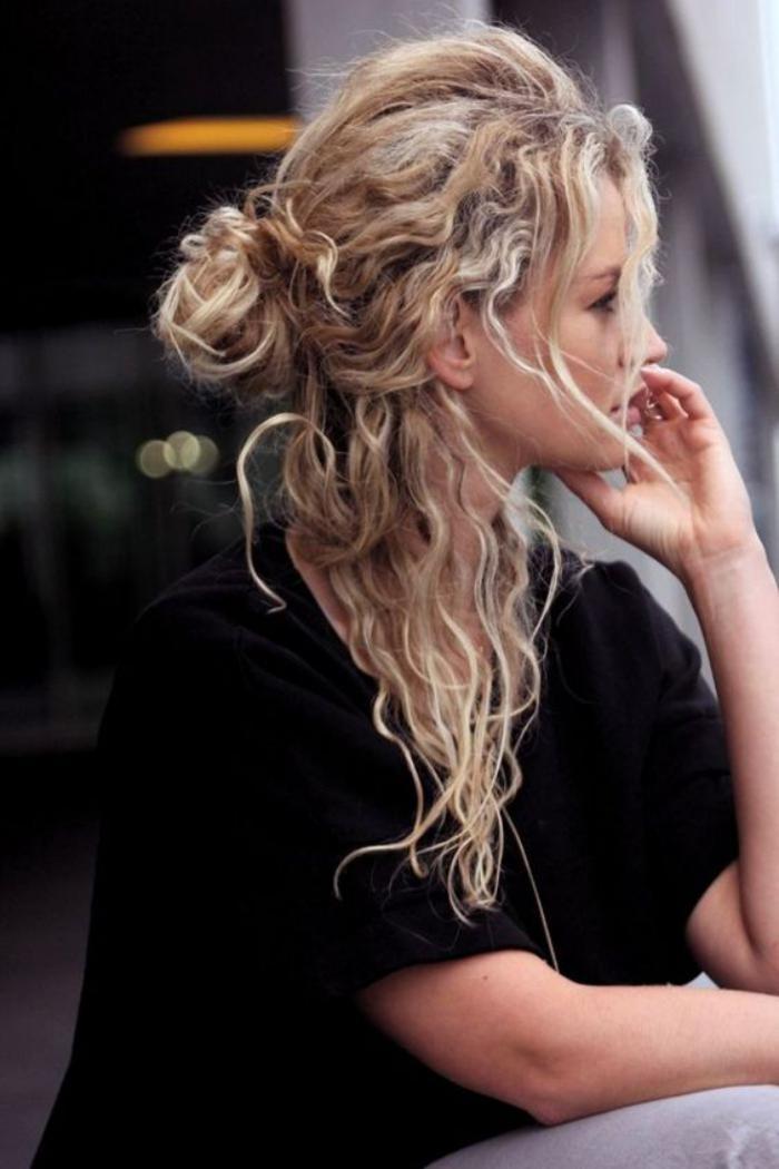 cheveux-bouclés-look-streetstyle-négligé-cheveux-longs-blonds