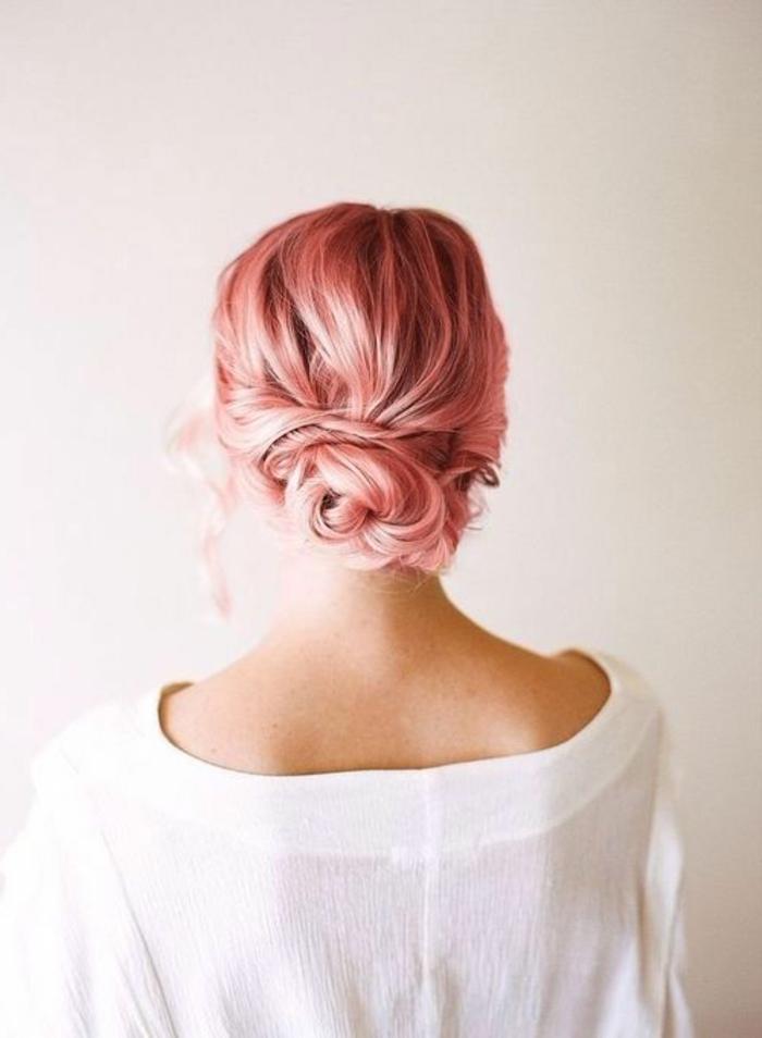 chignon-cheveux-roses-coiffure-cheveux-attachés-filles-modernes-tendance-2016