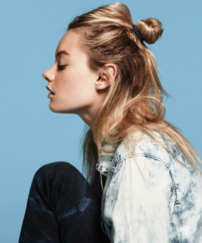 chignon-femme-cheveux-blonds-veste-en-denim-femme-moderne-chic
