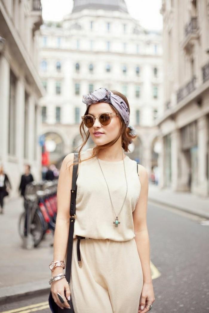 coiffure-avec-echarpe-pour-cheveux-coiffure-cheveux-attachés-combinaison-beige