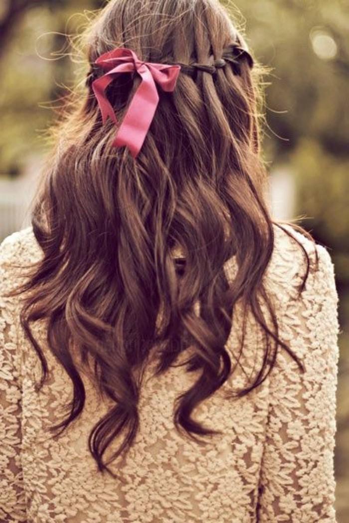 coiffure-avec-ruban-rose-coiffure-cheveux-attachés-cheveux-marrons-femme-moderne