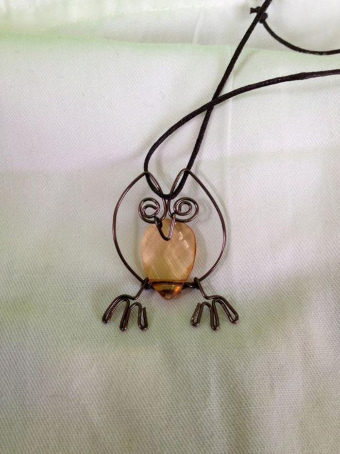 collier-hibou-fil-métallique-tordu-et-pierre-douce