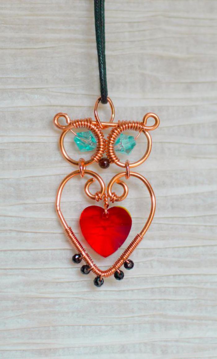 collier-hibou-fil-rose-tordu-joli-collier-raffiné-avec-des-pierres-en-couleurs