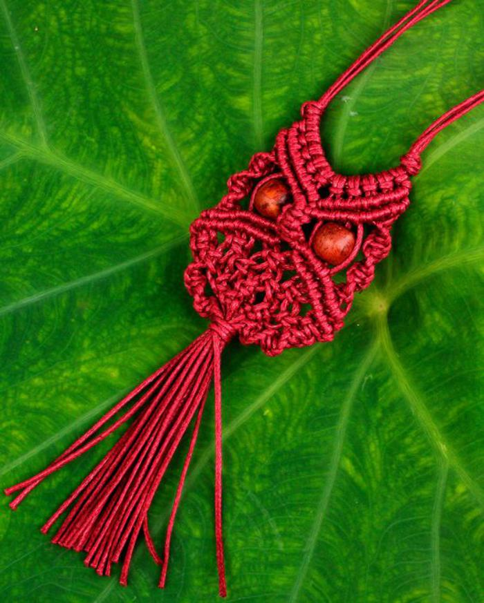 collier-hibou-macramé-rouge-bijoux-faits-main