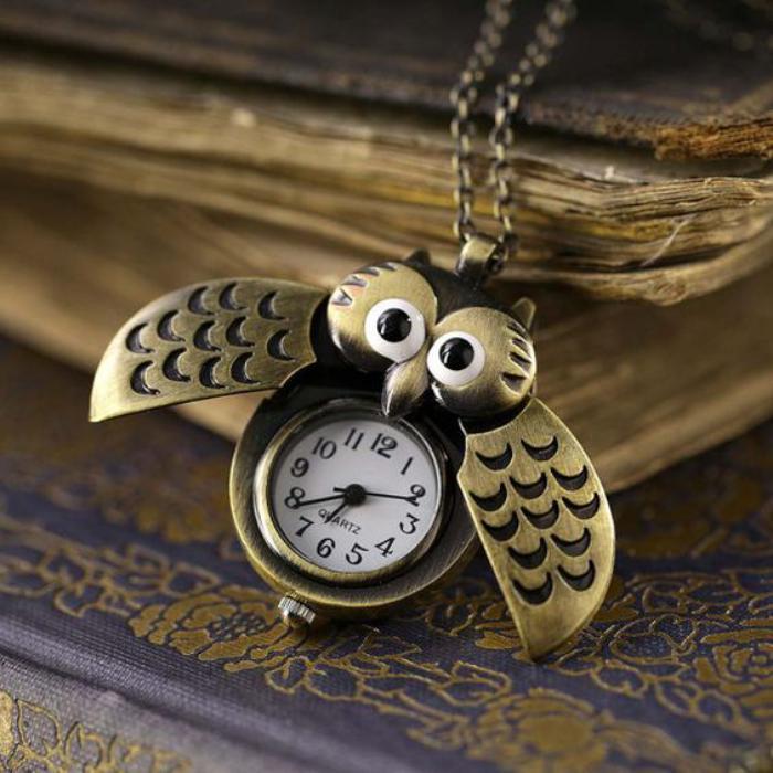 collier-hibou-vintage-avec-montre-mécanique