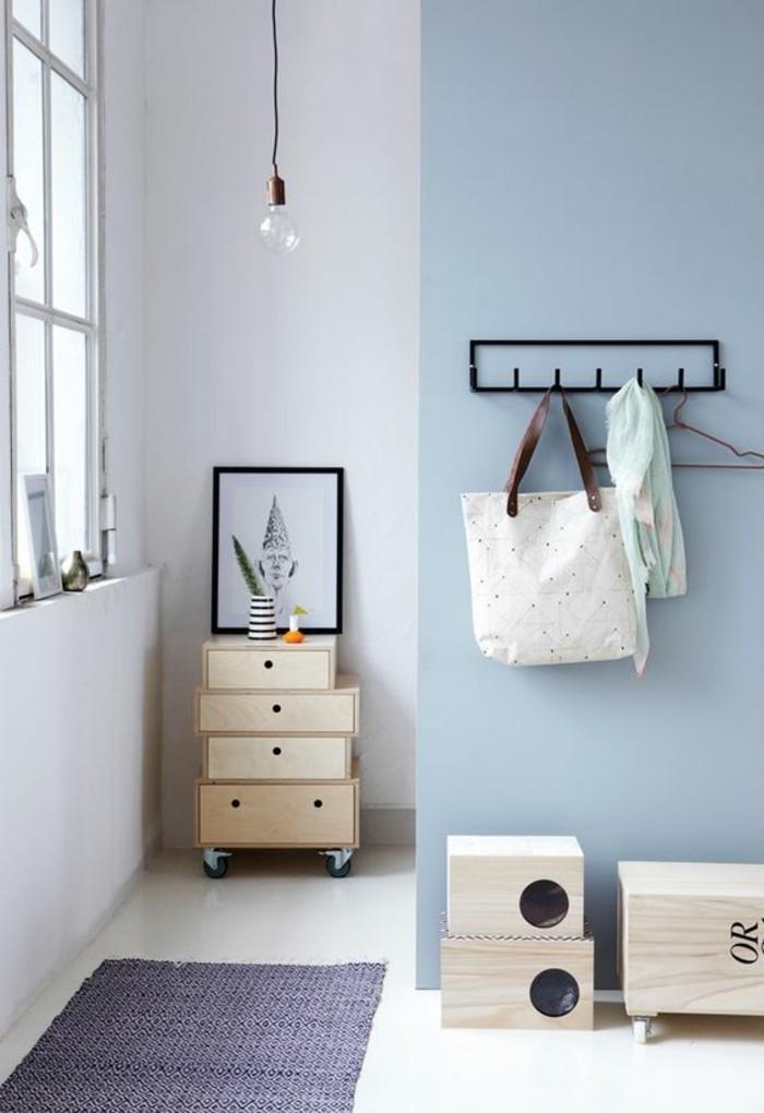 comment-agrandir-le-couloir-murs-blues-clairs-tapis-bleu-foncé-sol-beige