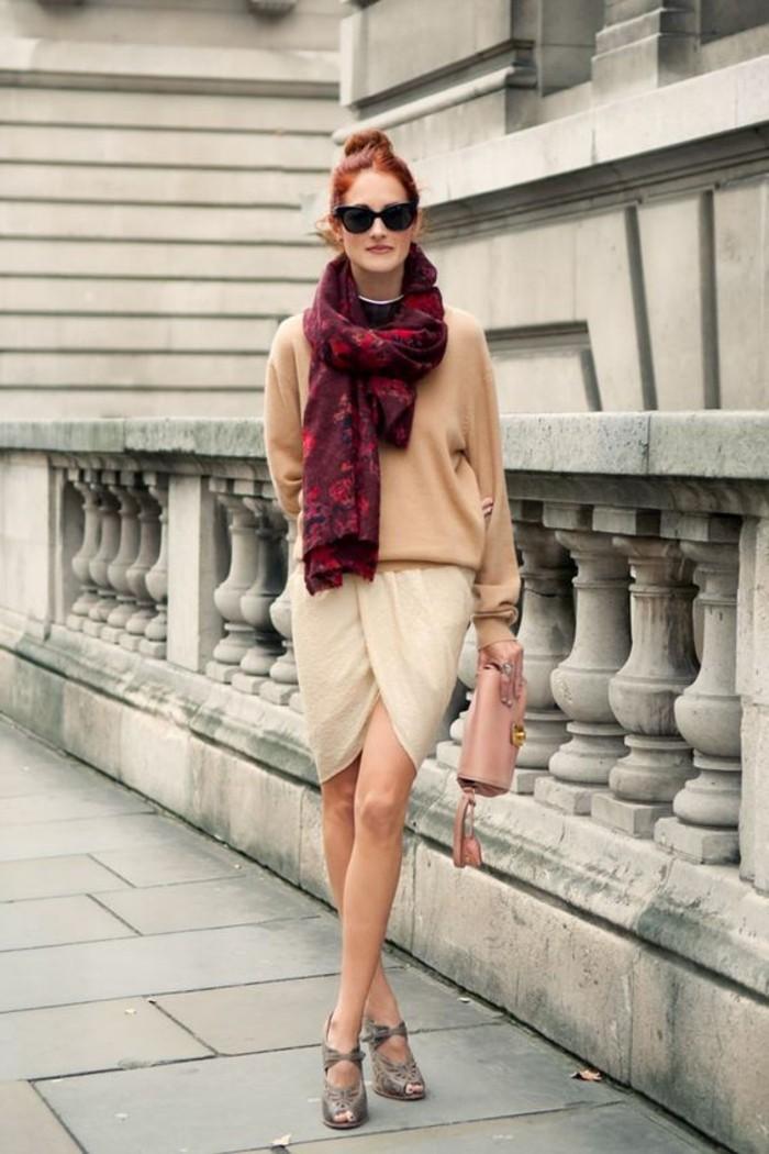 comment-choisir-une-echarpe-pour-printemps-outfit-beige-sac-bandoulliere-rose-lunettes-de-soleil