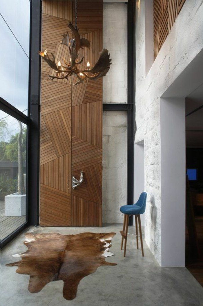comment-decorer-les-murs-avec-panneaux-muraux-idee-pour-le-salon-plafond-haut