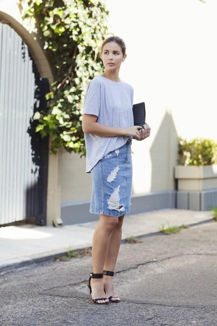comment-etre-chic-et-elegante-avec-une-jupe-déchiré-en-jean-talons-noirs-classiques-sandales
