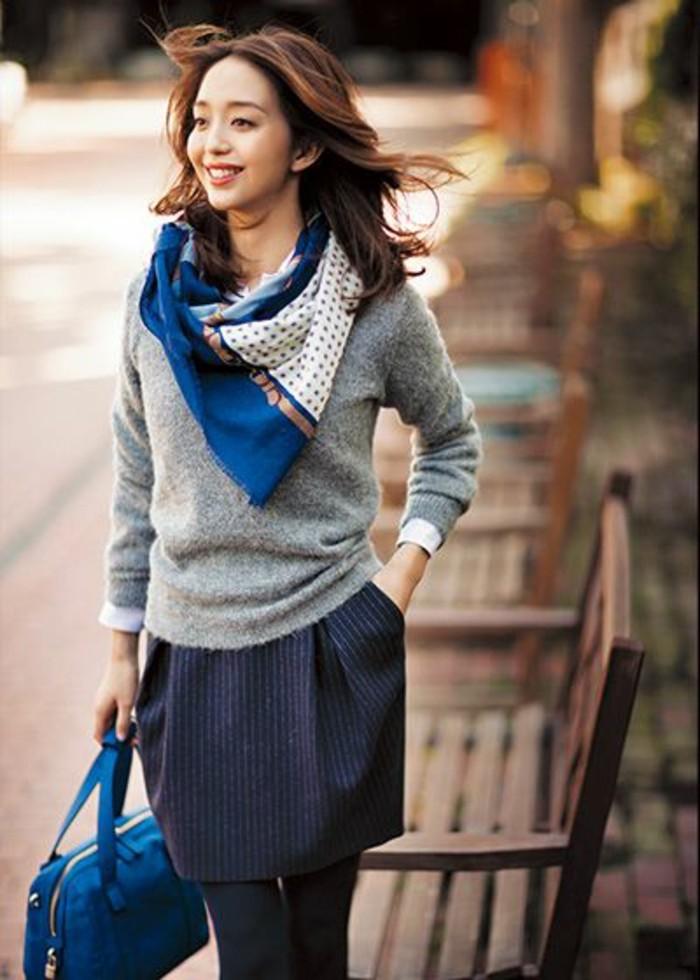 comment-etre-elegante-avec-une-echarpe-femme-beige-bleu-comment-nouer-un-foulard-femme