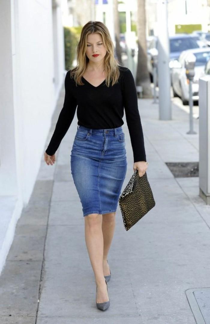 comment-etre-elegante-avec-une-jupe-en-denim-claire-talons-hauts-tendances-de-la-mode