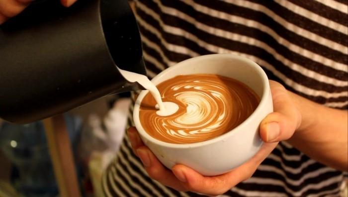 comment-faire-un-cappuccino-cool-idée-voir-recette-frappé-peinture-abstraite