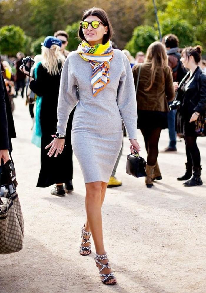 comment-nouer-une-echarpe-femme-coloré-pour-le-printemps-jupe-mi-longue-grise