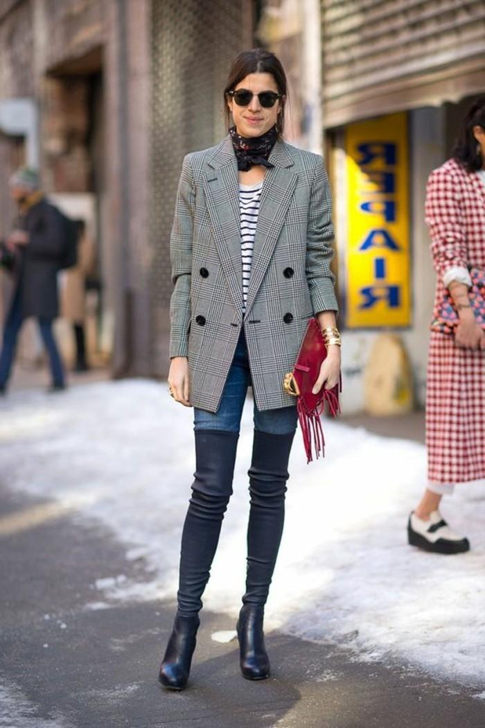 comment-nouer-une-echarpe-femme-pour-le-printemps-veste-gris-denim-slim-bottines-longues-noires