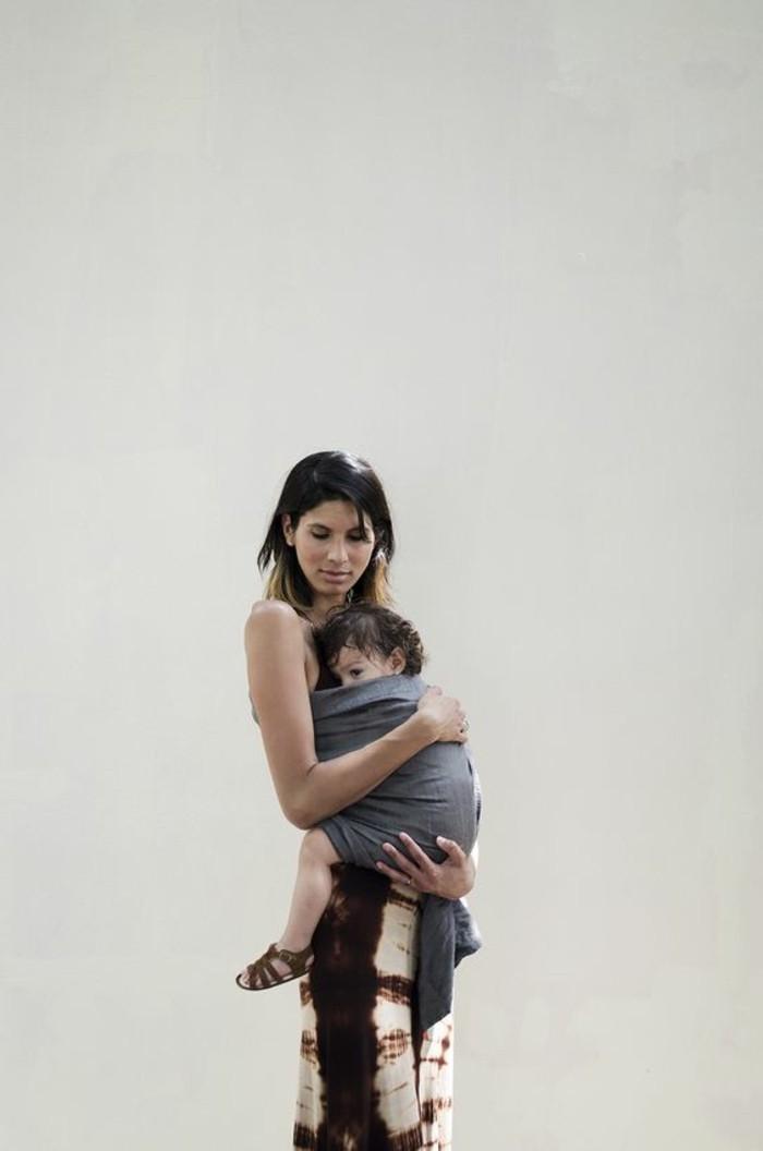 comment-porter-l-enfant-avec-vous-avec-un-echarpe-portage-bébé-echarpe