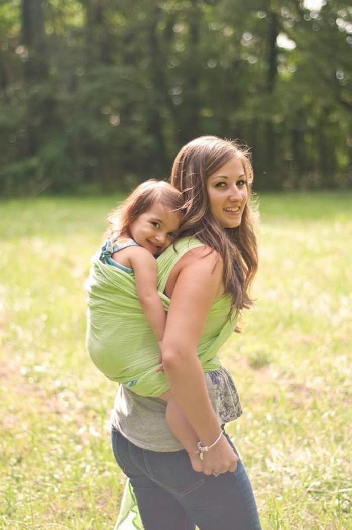 comment-porter-l-enfant-toujours-avec-vous-a-dos-avec-un-echarpe