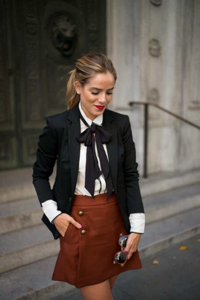 comment-porter-la-jupe-en-dame-couleur-marron-veste-noir-chemise-blanche-femme-blonde